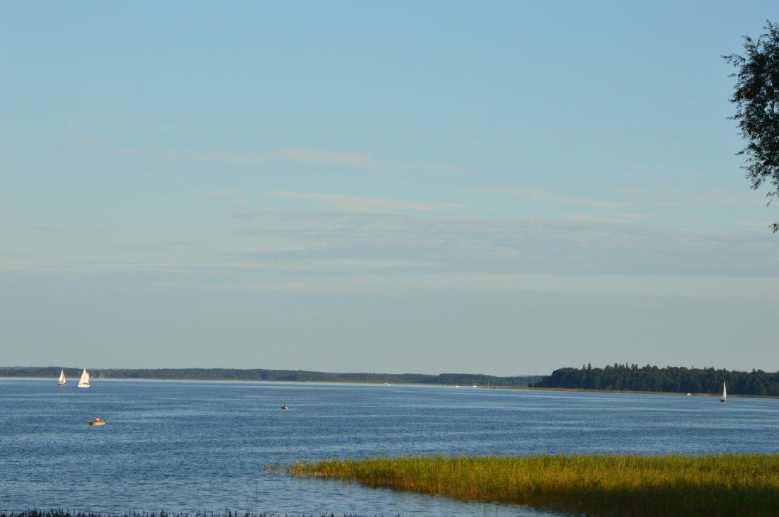 jezioro-mamry-widok-ze-wzrórza-ośrodka-wypoczynowego-przystań