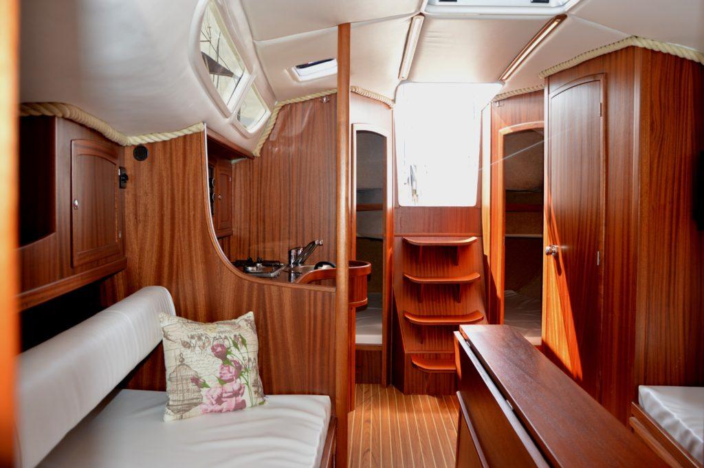 jacht-tango-33-czarter-obszerna-messa-widok-od-strony-kabiny-dziobowej