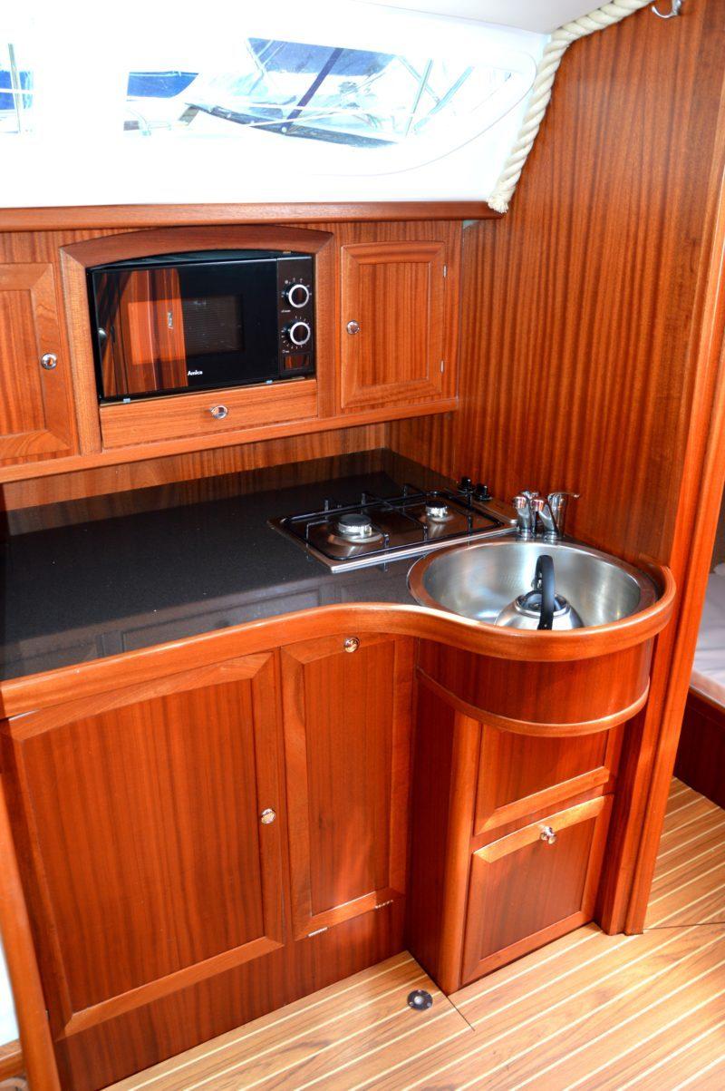 jacht-tango-33-czarter-wysoki-standard-zabudowy-przemyslane-sprawdzone-rozwiązania-w-tym-bardzo-wygodny-ergonomiczny-kambuz