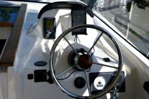 nautika-1000-czarter-wyposażenie-kokpitu-sternika-w-gps-mapę-jezior-taider-wskaźnik-paliwa