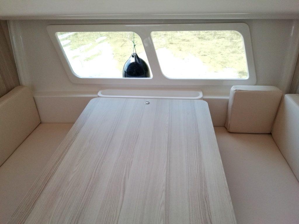 nautika-830-czarter-widok-na-okno-panoramiczne-i-stół