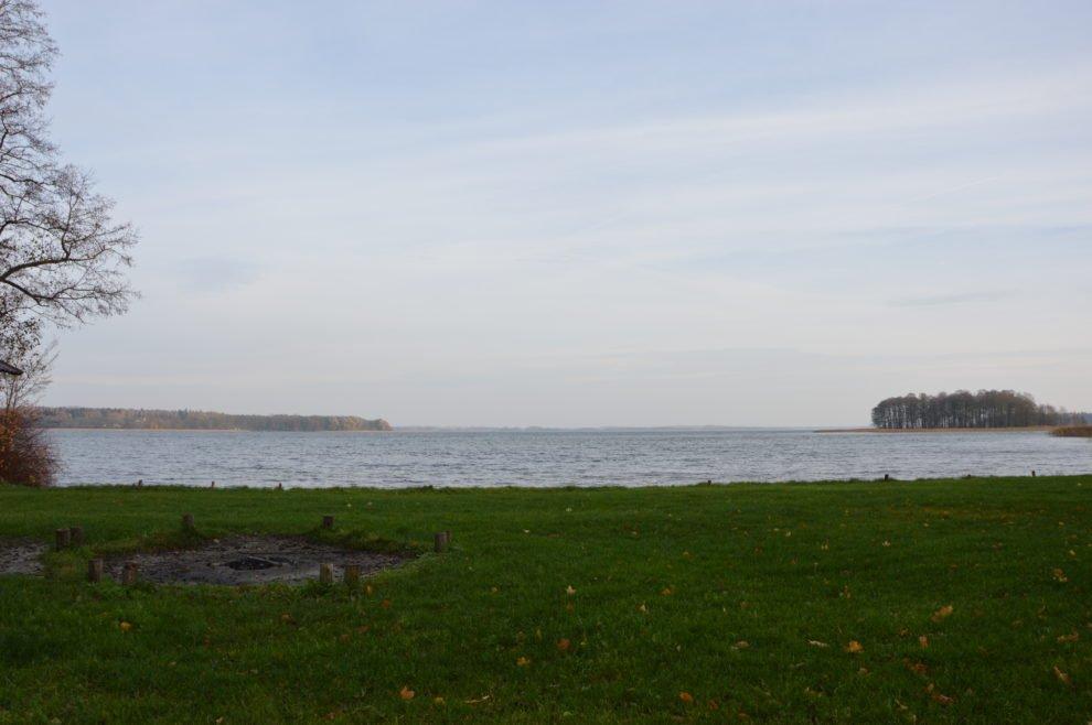 widok-na-jezioro-mamry-z-plaży-w-mamerkach