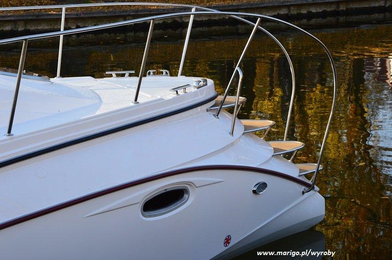 hausboat-illuminatus-mazury-innowacyjnerozwiązanie-schody-na-dziobie-umożliwiające-wygodne-schodzenie-na-ląd-przy-cumowaniu-dziobem-do-plaży