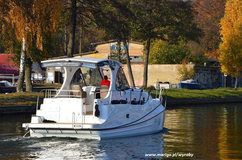 houseboat-illuminatus-mazury-wpływa-do-kanału-giżyckiego