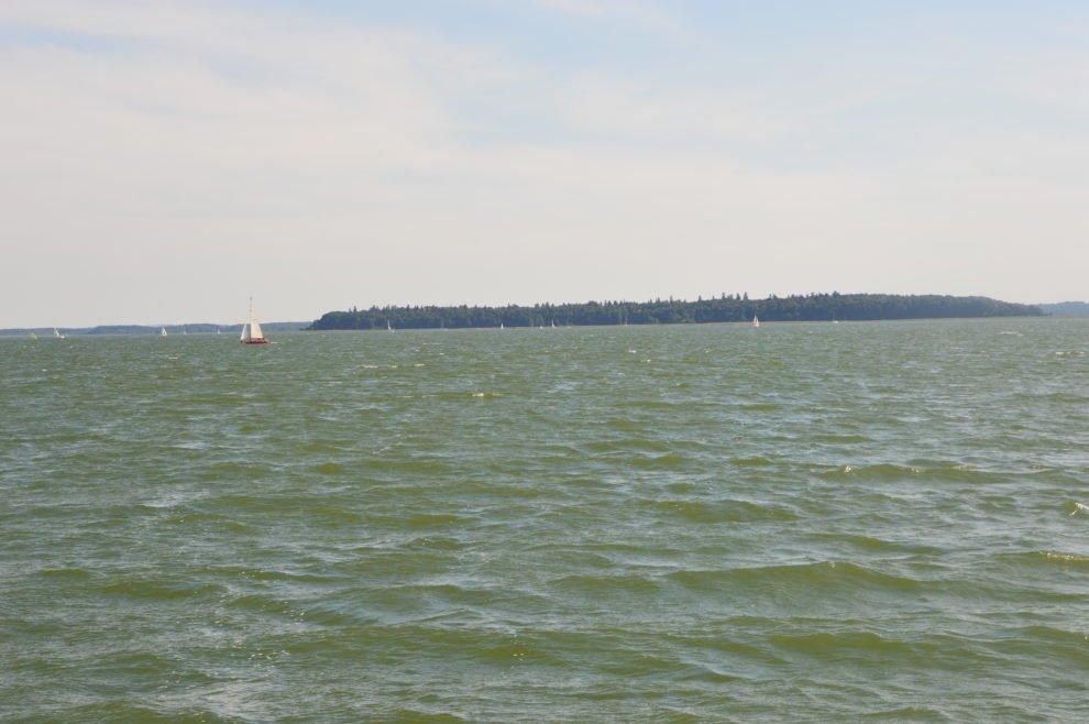 wyspa-upałty-na-jeziorze-papry-widok-od-strony-jeziora-przystań