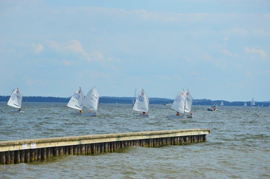 szkółka-żeglarska-na-jeziorze-niegocin-widok-od-strony-jeziora-niegocin