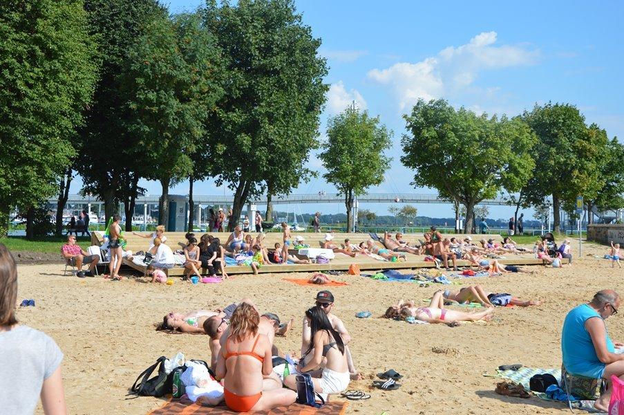 plaża-giżycko-drewniany-taras-słoneczny