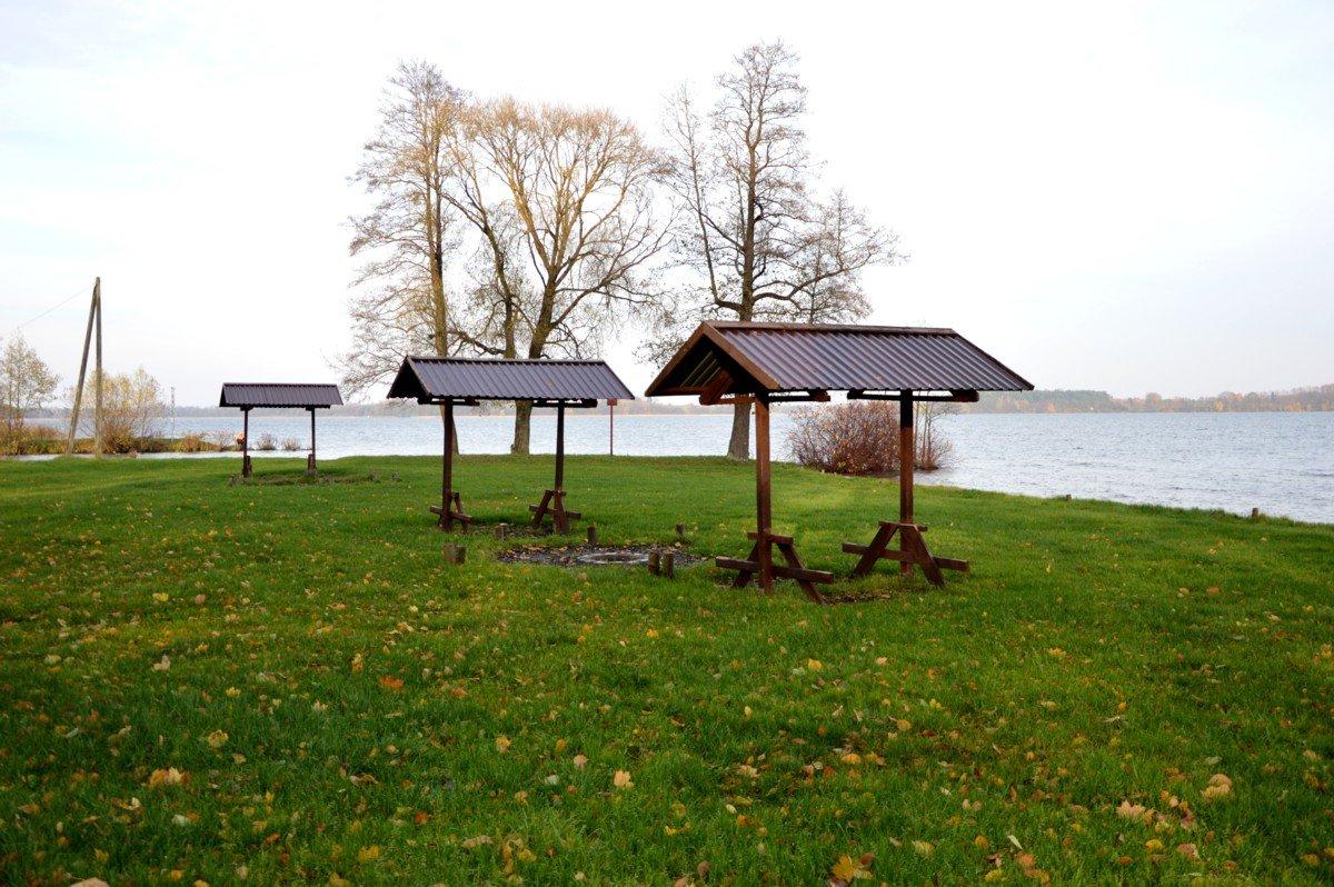 plaża-miesca-do-grillowania-oraz-zadaszone-ławki-mamerki-nad-jeziorem-mamry