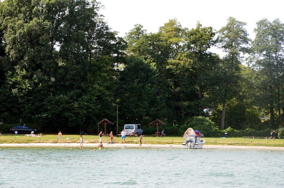 plaża-mamerki-latem-widok-z-jeziora-mamry-na-mazurach