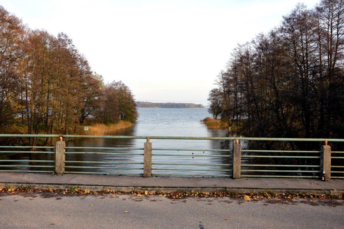 most-drogowy-mamerki-widok-na-jezioro