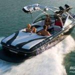 motorówka-wyposażona-w-wieżę-wakeboard