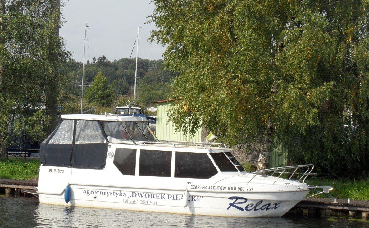 czarter-houseboat-mazury-jacht-typu-riverboat-w-porcie