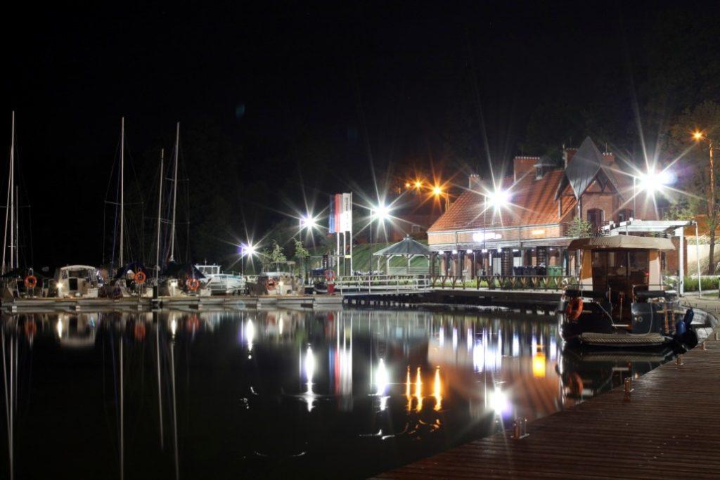nabrzeże-ekomariny-ryn-nocą