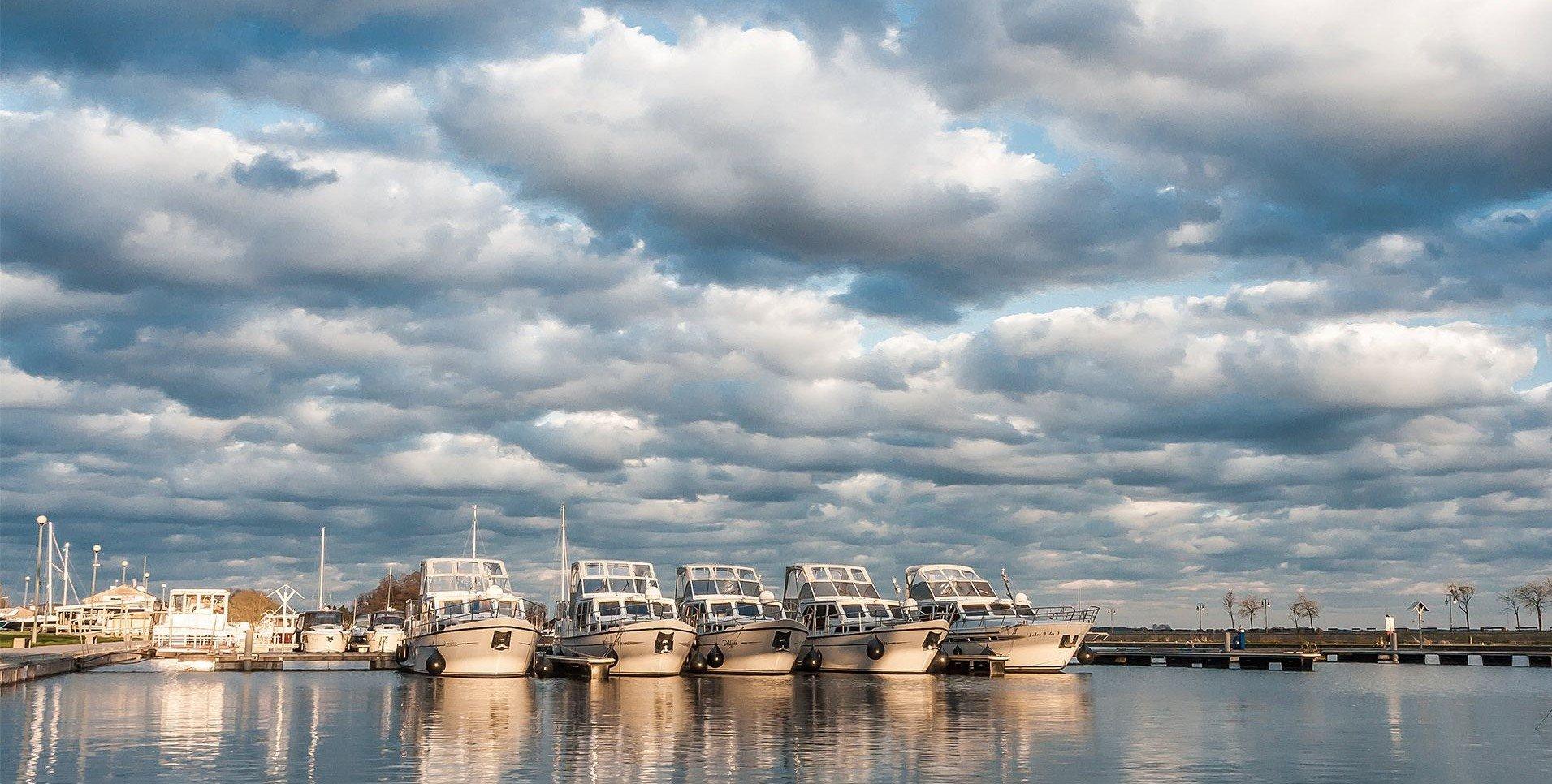 houseboat-mazury-wynajem-dużych-jachtów-spacerowych-bez-patentu