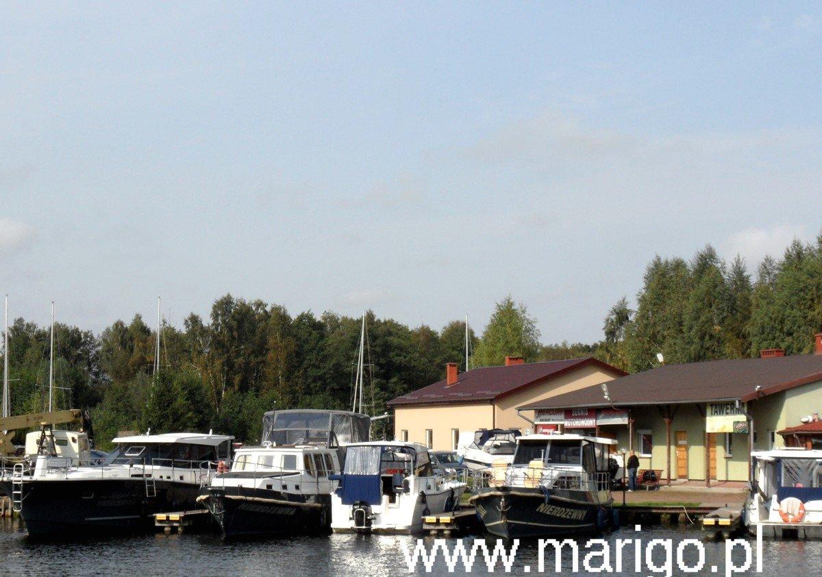 houseboat-mazury-duży-wybór-jachtów-bardzo-dobrze-wyposażonych-które-można-wynająć-bez-patentu
