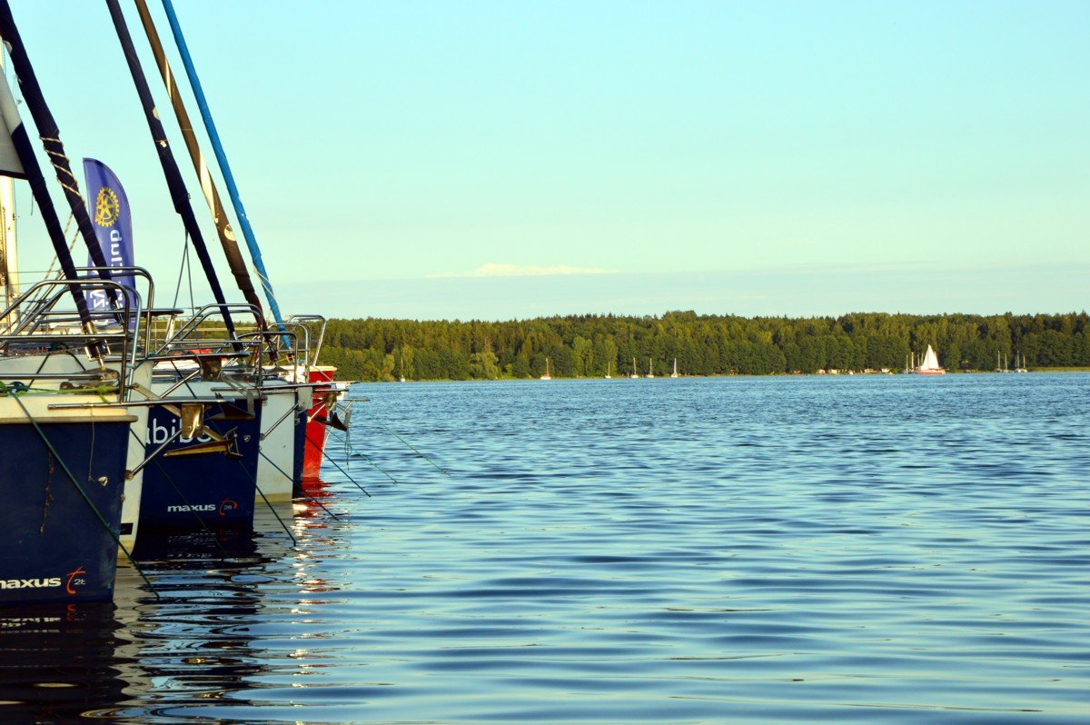 jezioro-mamry-jachty-w-przystanii-żeglarskiej-przystań