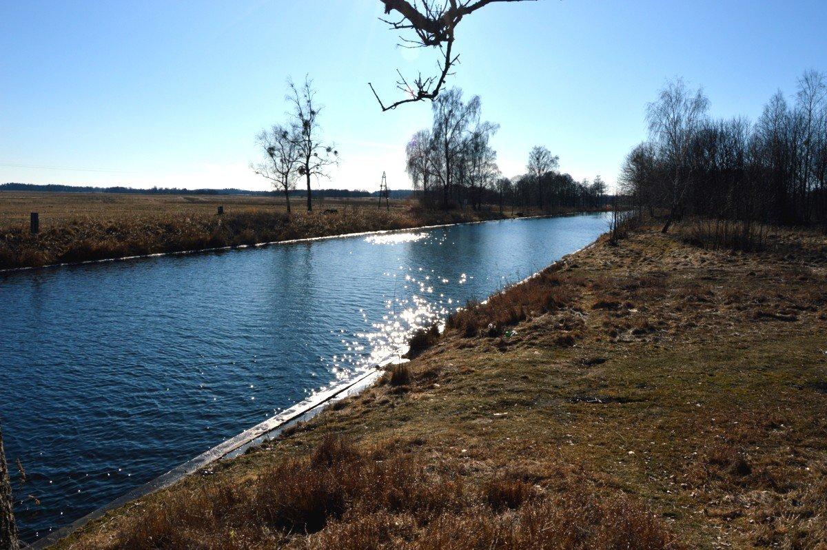 kanał-grunwaldzki-mazury-widok-z-mostu-drogowego-łączącego-Ryn-z-Mikołajkami