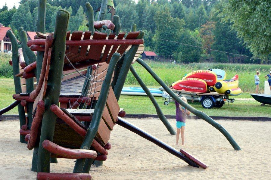 plac-zabaw-dla-dzieci-przy-porcie-ognisty-ptak-nad-jeziorem-święcajty