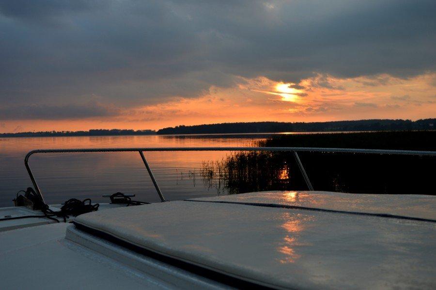 port-ognisty-ptak-widok-na-jezioro-święcajty-o-zachodzie-słońca