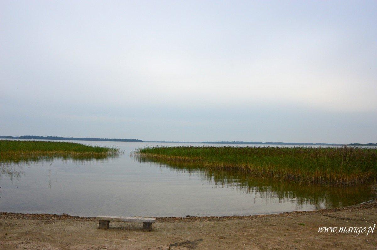 port-skłodowo-plaża-z-widokiem-na-jezioro-mamry