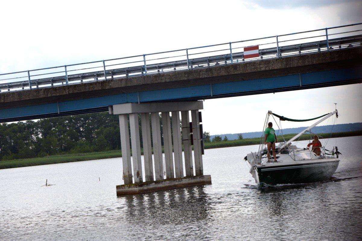 jacht-przepływający-pod-mostem-sztynorckim-z-jeziora-dargin-na-kirsajty