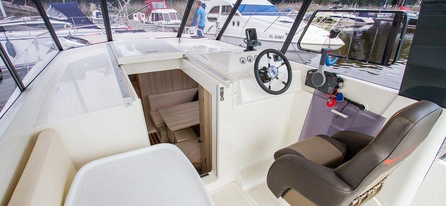 sterówka-jachtu-nautika-830-mazury-sztynort