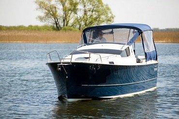 wygodny 6-cio osobowy jacht motorowy na wynajem wyposażony w ciepłą wodę ogrzewanie i prysznic