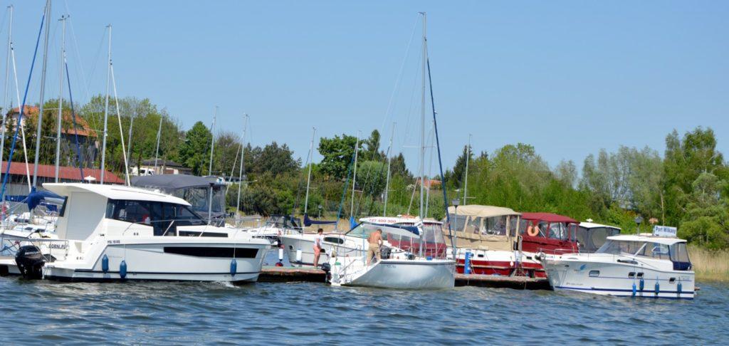 houseboat czarter mazury bogaty wybór jachtów małych i dużych które mozna wynająć bez licencji
