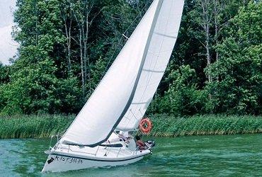 bardzo szybki i bezpieczny jacht twister 800 mazurski czarter