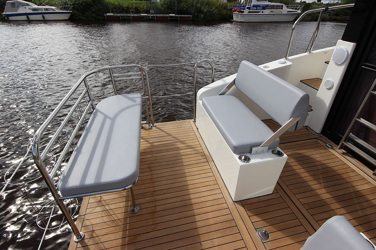 houseboat futura 36 siedzenia na platformie