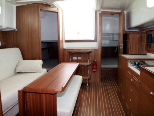 nautika-1000-giżycko-wnętrze-pod-pokładem-składające-się-z-trzech-sypialni-w-pełni-wyposażonej-kuchni-kabiny-wc-oraz-salonu
