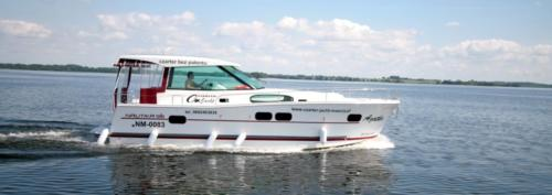 wynajem-jachtu-motorowego-nautika-1000-giżycko-wygodny-i-komfortowy-wypoczynek-na-jeziorach-mazurskich-zupełnie-bez-patentu
