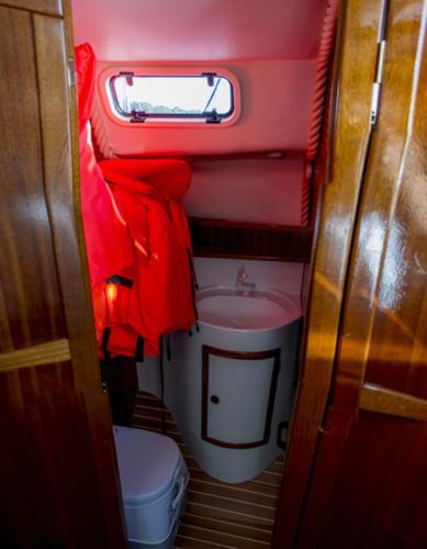 tes-32-czarter-w-wygodną-wentylowaną-i-ogrzewaną-kabiną-WC