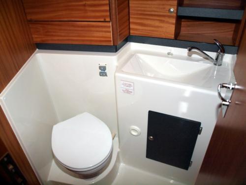 nautika-1000-czarter-kabina-wc-wyposażona-w-wc-morskie-elektryczne-oraz-prysznic-z-ciepłą-wodą