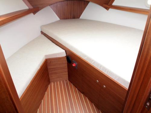 jacht-motorowy-nautika-1000-obszerna-i-doświetlona-kabina-dziobowa