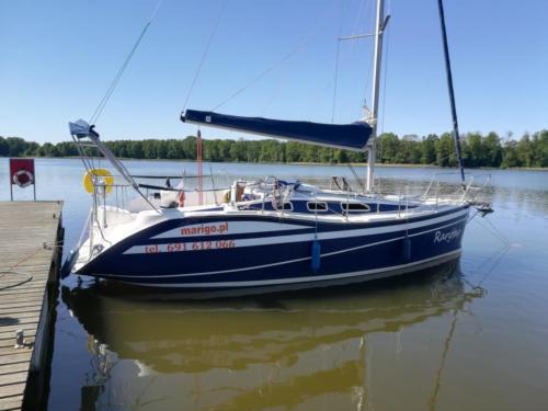 szczyt sezonu na Mazurach- jacht Rarytas w porcie Sztynort przy kei rezydenckiej nr 12
