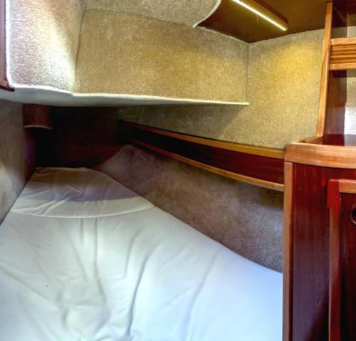 jacht-tes-32-kabina-rufowa-wykończona-w-mahoniu-i-przytulnej-tapicerce
