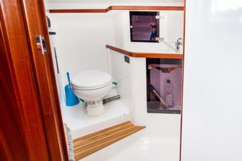 łazienka-na-jachcie-tango-33 wyposażona w toaletę morską oraz prysznic z ciepłą wodą
