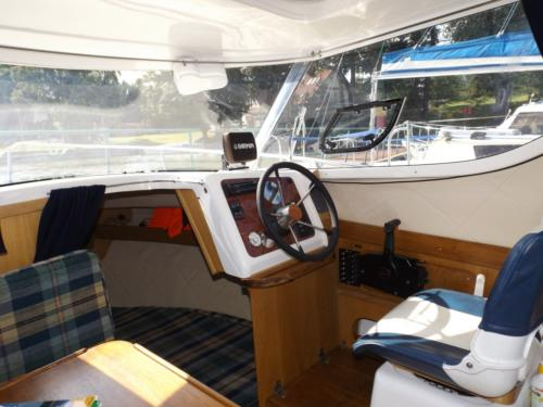 wnętrze jachtu motorowego który można wynająć bez patentu