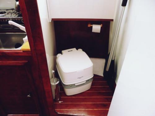 czarter-jachtów-bez-patentu-toaleta
