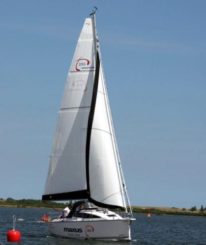 jacht-żaglowy-maxus-26-na-pełnych-żaglach