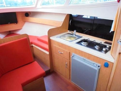 jacht-am-780-na-czarter-widok-na-kambuz