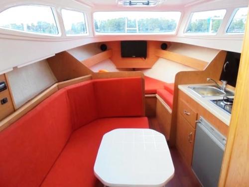 jacht-am-780-wynajem-wygodne-wnętrze-pod-pokładem
