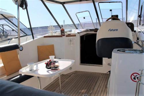 jacht-futura-860-kokpit
