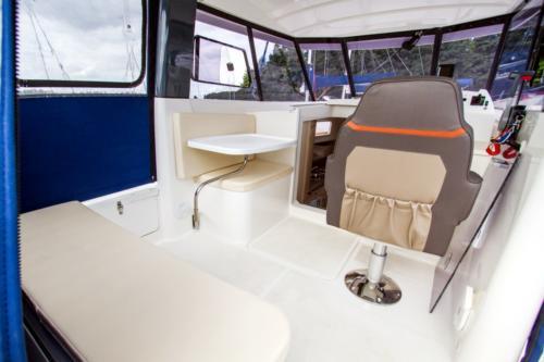 jacht-motorowy-nautika-830-kokpit