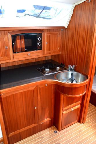 jacht tango 33 zabudowa kambuza, która oferuje bardzo dużo miejsca na przygotowanie posiłku