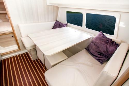 nautika-830-czarter-mazury-wnętrze-jachtu