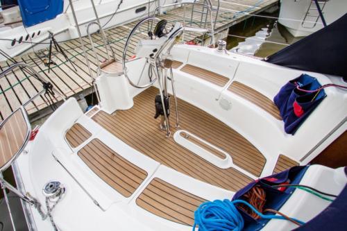 obszerny-kokpit-jachtu-tango-33