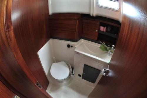toaleta-morska-na-jachcie